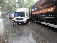 Dopravní nehoda dvou nákladních automobilů v náchodské části Babí.
