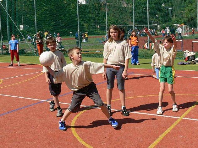 Na dětské olympiádě čekala žáky vybíjená, fotbal či běh.