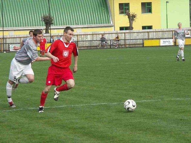 Kostelecký Martin Janko (u míče) se v duelu s Lázněmi Bělohrad zapsal do listiny střelců jednou.