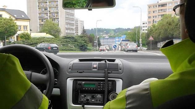 Dopravní policisté hlídkují, zda kvůli rekonstrukci silnice 1/33, vedoucí středem města, řidiči respektují značky zákazu vjezdu a objízdné trasy.