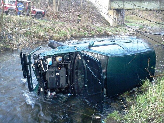 Řidička vyjela ze silnice a skončila v řece. Z nehody vyvázla bez zranění