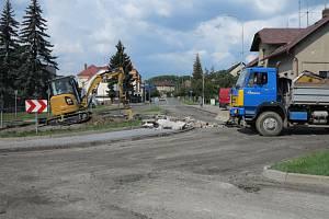 Při rekonstrukci okružní křižovatky dojde ke kompletní obnově asfaltového povrchu silnice a bude provedena rovněž sanace podkladních vrstev.