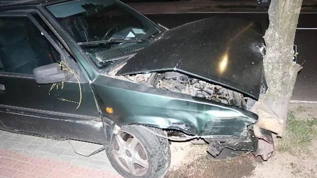 Jízda třiačtyřicetiletého muže v citroënu skončila v sobotu 8. srpna nárazem do dvou stromů. Za volantem byl totiž opilý.