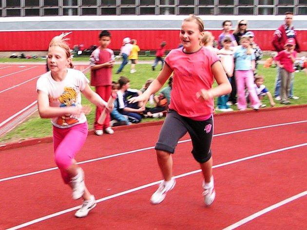 Štafetové závody patří vždy jako vyvrcholení, nejinak tomu bylo také na olympiádě dětí na Plhově.