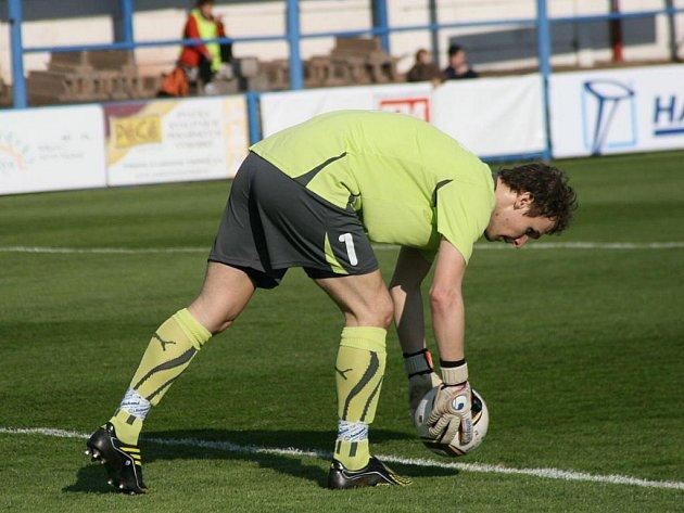NÁCHODSKÝ gólman Libor Vacho si chystá míč pro rozehrání v sobotním derby, ve kterém nakonec domácí podlehli Trutnovu 0:1.