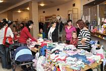 NEPŘEBERNÉ MNOŽSTVÍ dětského oblečení a potřeb zaplavilo hronovský Čapkův sál.