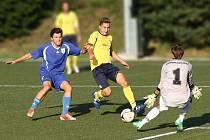 Tuto gólovou šanci novoměstský Dominik Nejman (ve žlutém) neproměnil.