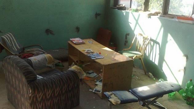 Provizorní obývací pokoj s množstvím alkoholu či místnost sloužící jako skladiště na odpadky. Tak si to zařídili bezdomovci v jedné z částí bývalé Tepny.