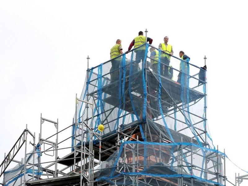 UKLÁDÁNÍ DOKUMENTŮ A PŘEDMĚTŮ do pouzdra a do restaurované makovice na vrchol věže náchodského zámku.