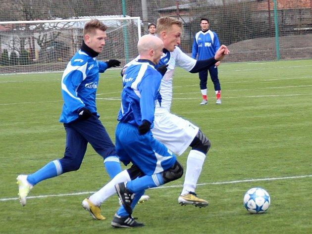 ZIMNÍ náchodská posila, Jan Hable, (v bílém) rozhodla zápas svého týmu se Dvorem Králové.