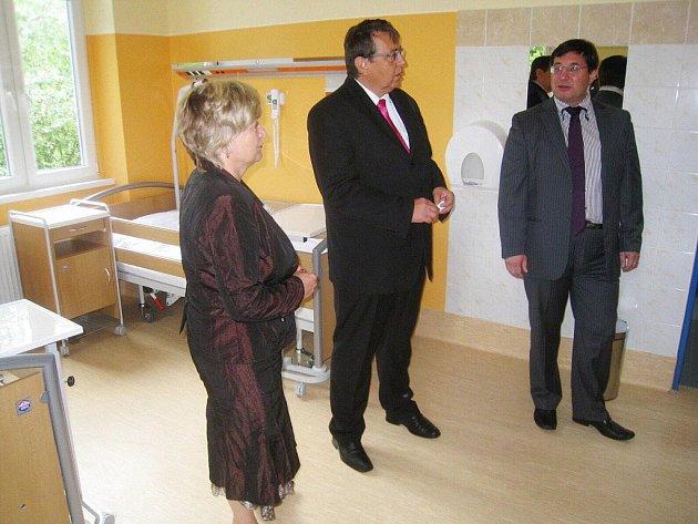 Novotou zářící pokoje lůžek následné péče si do broumovské nemocnice přijela prohlédnout krajská radní zodpovědná za zdravotnictví Jana Třešňáková, na domácí půdě nemohl chybět hejtman Lubomír Franc (uprostřed).