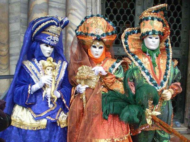 Povedené masky na nepovedeném zájezdu.