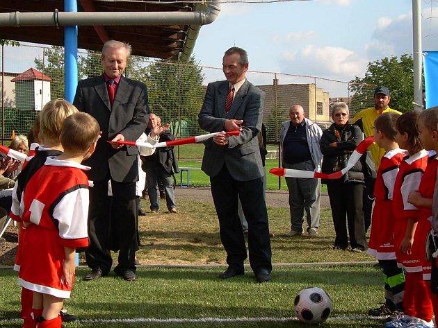 Stříhání pásky otevíraného hřiště s umělou trávou se ujali předseda Krajského fotbalového svazu Lubomír Sedláček (vlevo) a místostarosta Jaroměře František Vrabec.