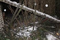 Od nabouraného plotu řidič ujel, hrozí mu vysoká pokuta.