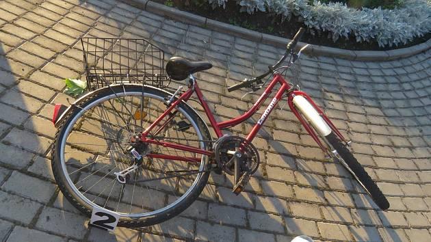 Osobní vozidlo značky Suzuki SX4 pravděpodobně nedalo přednost šestasedmdesátileté cyklistce, která byla s těžkým zraněním transportována do Fakultní nemocnice v Hradci Králové.