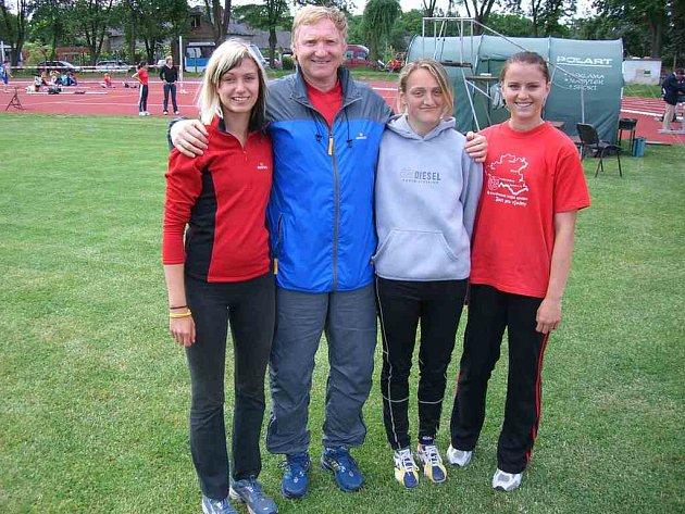 Úspěšná  tréninková skupina Jiřího Vondřejce. Zleva Tereza Beranová,  Jiří Vondřejc, Dominika Vejpravová, a Magda Joštová.