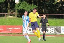 NOVOMĚSTSKÝ kapitán Pavel Zákravský (ve žlutém) rozhodl derby s Broumovem gólem v poslední minutě.