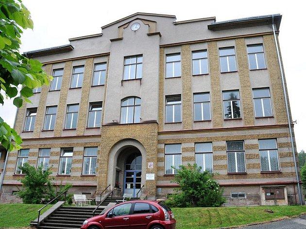Základní škola ve Zbečníku, která byla uvedena do provozu v roce 1910, slaví v těchto dnech stoleté výročí.