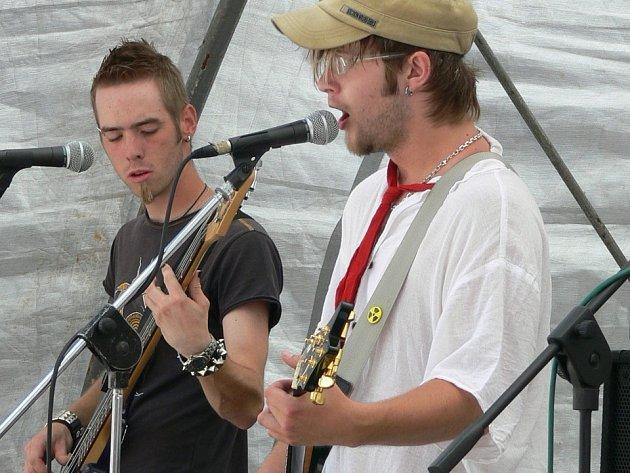 Formace Wořeshprut z Nového Města nad Metují odstartovala hudební produkci na Karlově náměstí.
