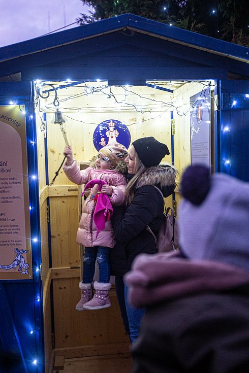Tisíce žárovek rozsvítily v Josefově na Náchodsku Ježíkovu kancelář a přišli do ní stovky lidí. Pan Bauer každoročně zdobí svůj dům žárkovkami, betlémem i možností napsat ježíkovi do nekonečného dopisu přání.