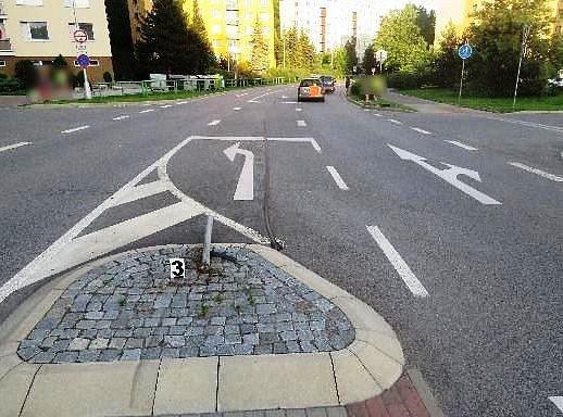 Řidička chtěla vyhnat pavouka z předního skla, při tom se zřejmě přestala naplno věnovat řízení, strhla volant a najela na ostrůvek, kde poškodila dopravní značku.