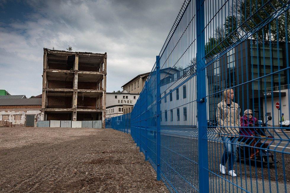 Stará budova Tepna v Náchodě a prostor vzniklý po demolici komplexu budov bývalé fabriky.