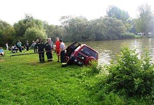 Automatická převodovka řidiče vytrestala, málem utopil auto v Rozkoši