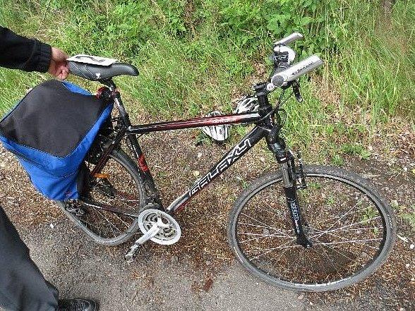 Předjíždějící řidič osobního auta srazil včera 13. července dva cyklisty cyklisty odbočující vlevo.