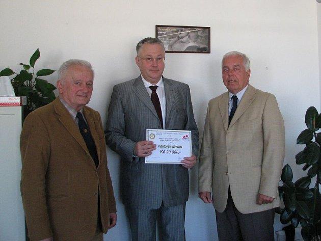 Ředitel náchodské nemocnice Miroslav Švábl (uprostřed) s šekem v hodnotě 20 tisíc korun, jež na roční provoz Babyboxu věnovali za Rotary Club Hradec Králové Josef Ježek a Augustin Čermák.