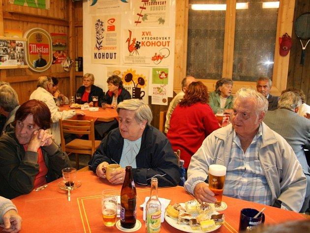 ČČK uspořádal pro vysokovské seniory setkání, při němž si mohli při občerstvení popovídat o dění v obci.
