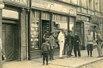 Pohlednice Šmahelova knihkupectví v Jaroměři z roku 1914, kde bude odhalen jeden z kamenů zmizelých.