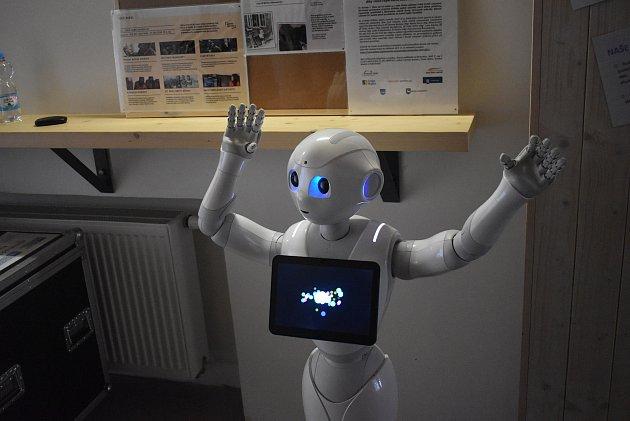 Na konferenci Učení pro život pořádanou vBroumově na podporu pedagogů zpestřila čas mezi přednáškami návštěva zbudoucnosti - humanoidní robot Pepper.