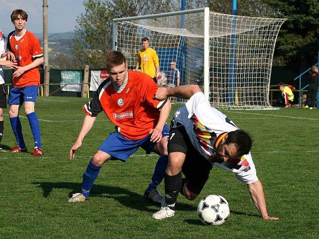 HNED osm branek přineslo sobotní utkání Veba Okresního přeboru mužů mezi Českou Skalicí (v bílém) a béčkem Náchoda.