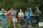 Improvizovaná kapela mladých dobrovolníků.