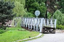 NA VYTAŽENÍ mostní lávky povolaly jeřáby.