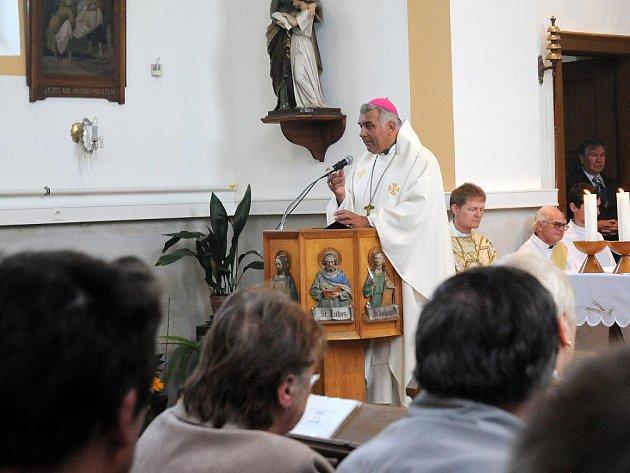Kostel Navštívení Panny Marie ve Velkém Poříčí, který je dominantou městyse stojící na návrší kousek od náměstí, oslavil v sobotu sté výročí od svého vysvěcení.