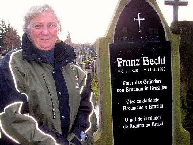 Předsedkyně česko-brazilské kulturní komise Eva Klouba na broumovském hřbitově u hrobu Franze Hechta, otce zakladatele brazilského Broumova Adolfa Hechta.