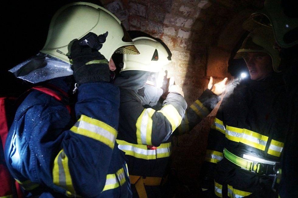 Hasiči zachraňovali pohřešované v josefovském podzemí. Naštěstí jen cvičně.