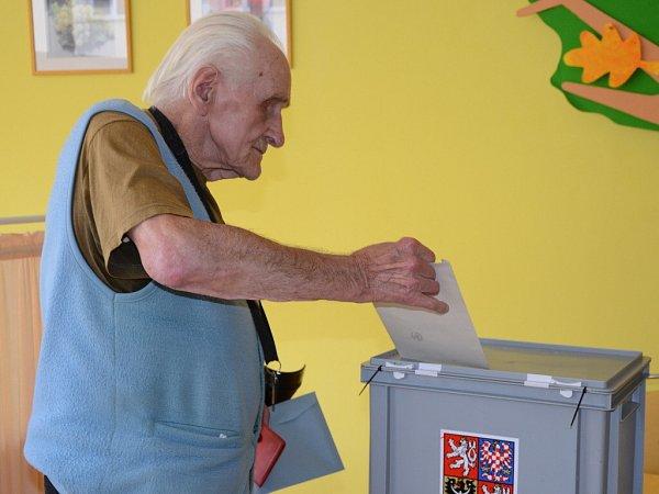 ANTONÍN JENKA, nejstarší muž náchodského domova důchodců, přišel ikmimořádným volbám.