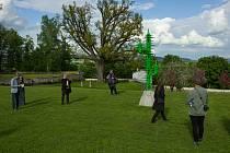 Policie pátrá po vandalovi, který poničil vystavené sochy a způsobil škodu odhadnutou na 100 tisíc korun.