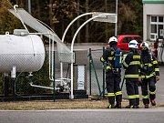 V Červeném Kostelci hasiči zajišťovali místo u čerpací stanice, kde došlo k úniku plynu z proražené nádrže vlivem odlétnuté střechy.