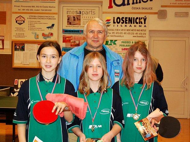Hlavní trenér mládeže Josef Jirman se svými úspěšnými svěřenkyněmi – zleva Klára Hamzová, Petra Měšťanová a Lenka Schimmerová.