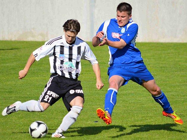 PO VÍTĚZSTVÍ v Ústí nad Orlicí mají divizní fotbalisté Náchoda (v modrém) k záchraně už velmi blízko.