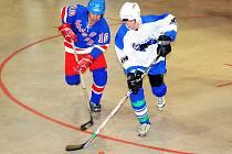 Hronovští hokejbalisté si s chrudimským Jokeritem (v bílém) poradili až v samostatných nájezdech.