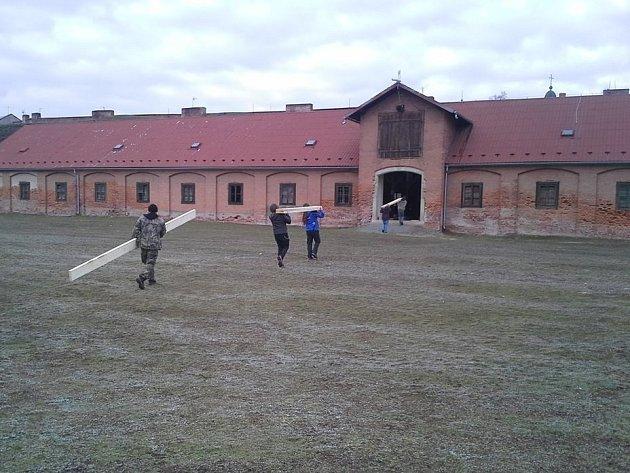 """Víkendové brigády nazvané """"BA sobě"""" vjosefovské pevnosti."""