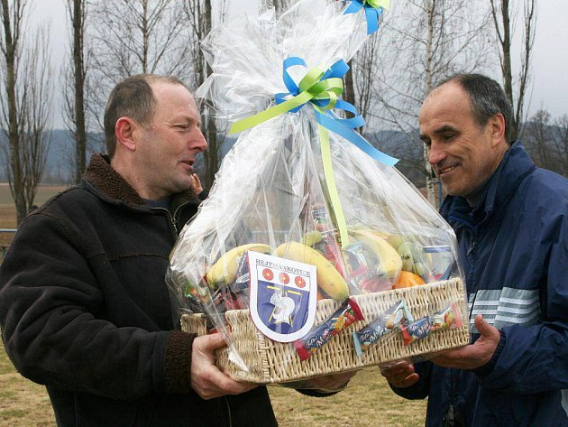 Václav Harasevič předává hradeckému trenérovi Václavu Kotálovi dárkový koš, v němž na první pohled převažovalo ovoce.