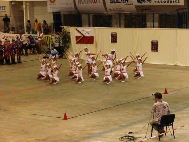 První místo místo ve cvičení s hůlkou získaly jak kadetky (na snímku), tak i juniorky a seniorky.