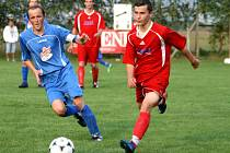 PRVNÍ tři jarní body vybojovali o minulém víkendu fotbalisté Velké Jesenice (v modrém), kteří přehráli béčko Jaroměře.