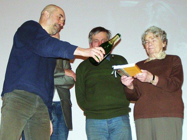 Křtu knihy Cesty a návraty se zúčastnila také maminka Miroslava Šmídy Olga Šmídová (vpravo).