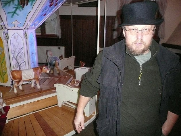 Unikátní kolotoč a jeho duchovní otec Jaromír Joo se zřejmě brzy rozejdou. V hospůdce U Nováků se bude točit jen do konce tohoto týdne.